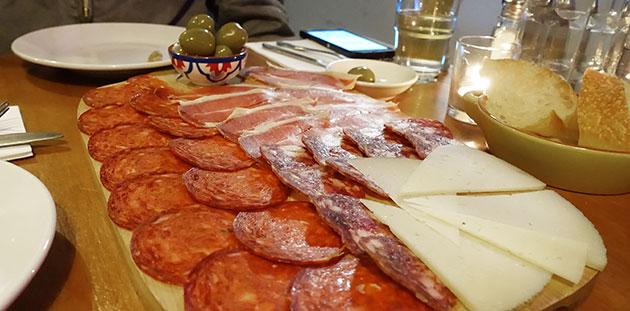Tabla de Embutidos (chorizo, serrano ham, salchihon, olives, manchego cheese)