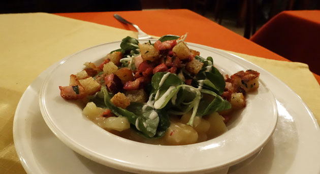Salad 'Alten Fassl', Potato-lamb's lettuce salad with Dijon mustard sauce, bacon bits and croutons, 5.90 Euro