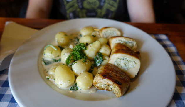 Chicken breast stuffed with spicy ricotta with spinach and potatoes, 2290 Hungarian Forint